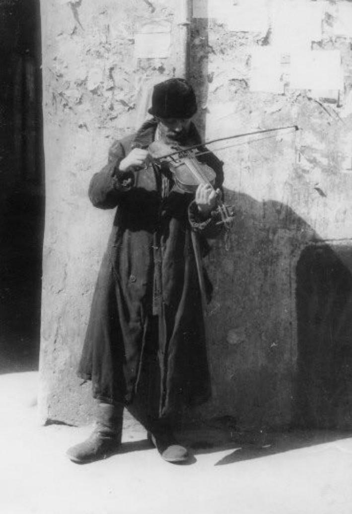 1925. Слепой скрипач, играющий во дворе Большой синагоги