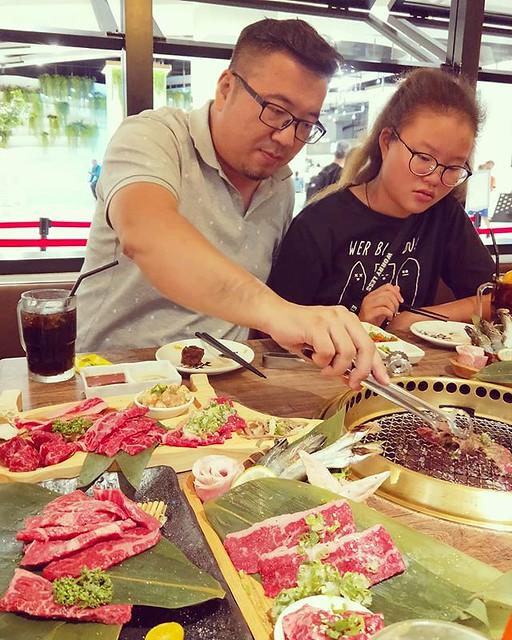 20180828 讓壽星烤肉給我們吃 這怎麼好意思 誰叫你是烤門😝😝😝 生日快樂啦! #萬能的戴門