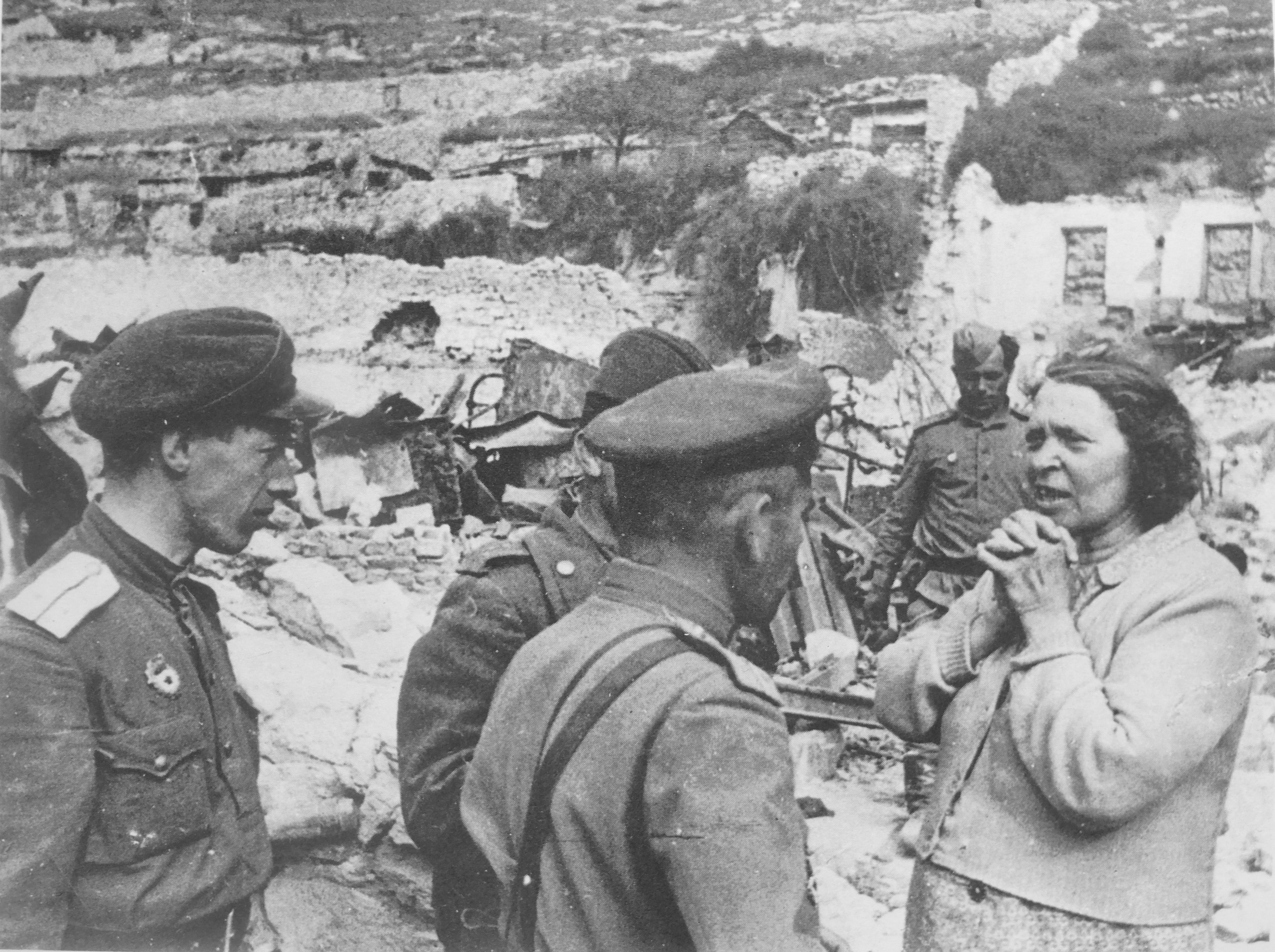 1944. Жительница освобожденного Севастополя разговаривает с офицерами РККА