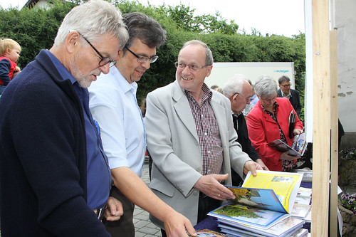 Präsentation der Fotobücher durch Reinhold Herhalten (links)
