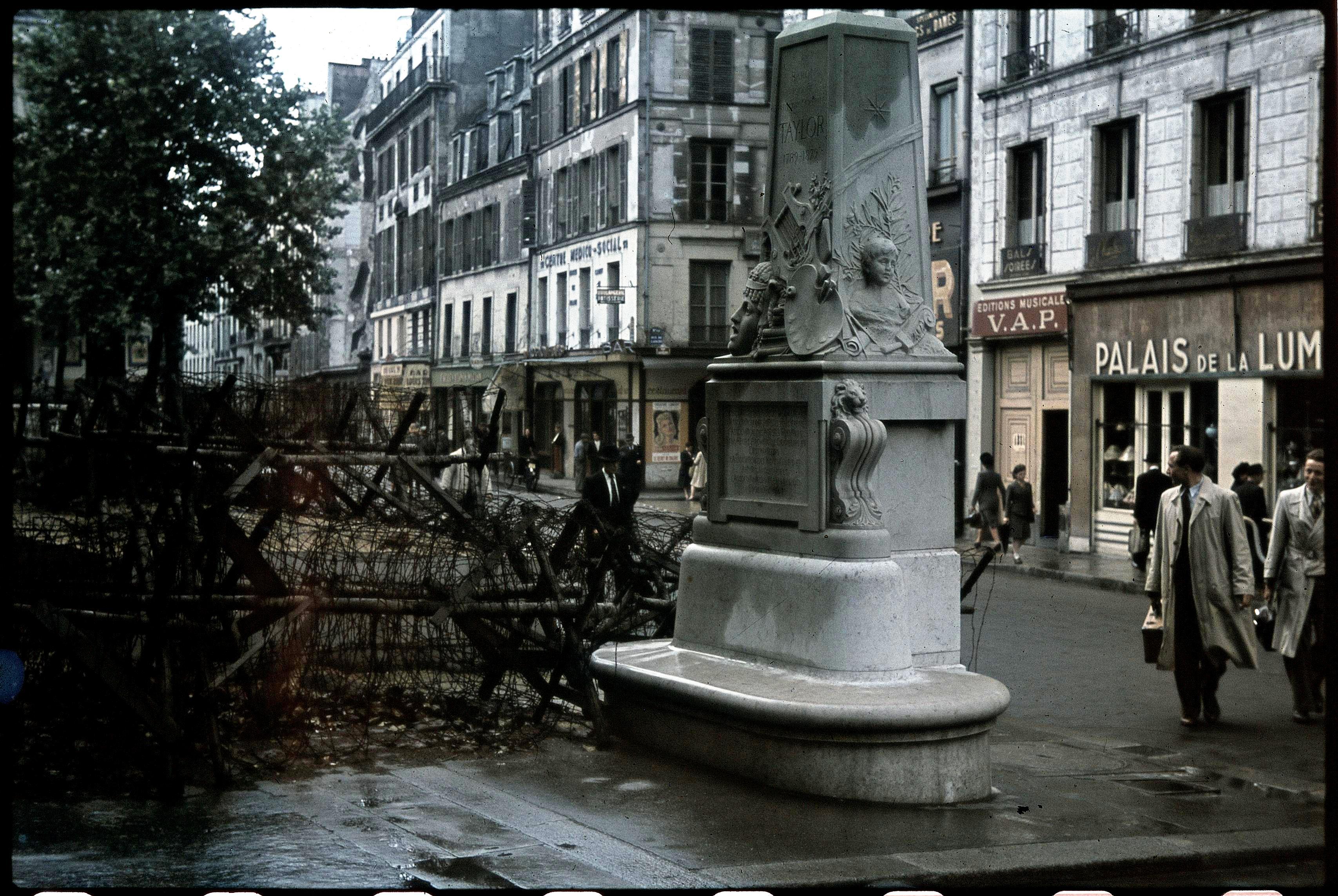 Улица Бонди рядом с театром Ренессанс