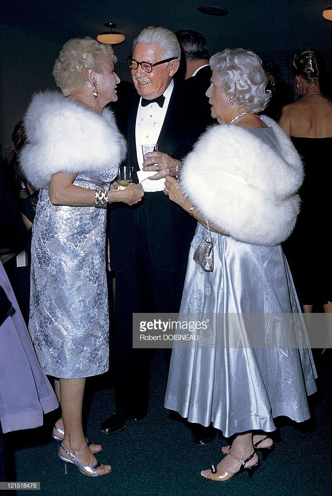 1960. Палм-Спрингс. Мужчина разговаривает с женщинами