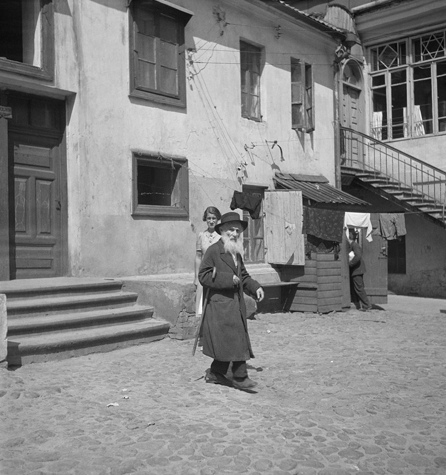 1938. Двор в еврейском квартале