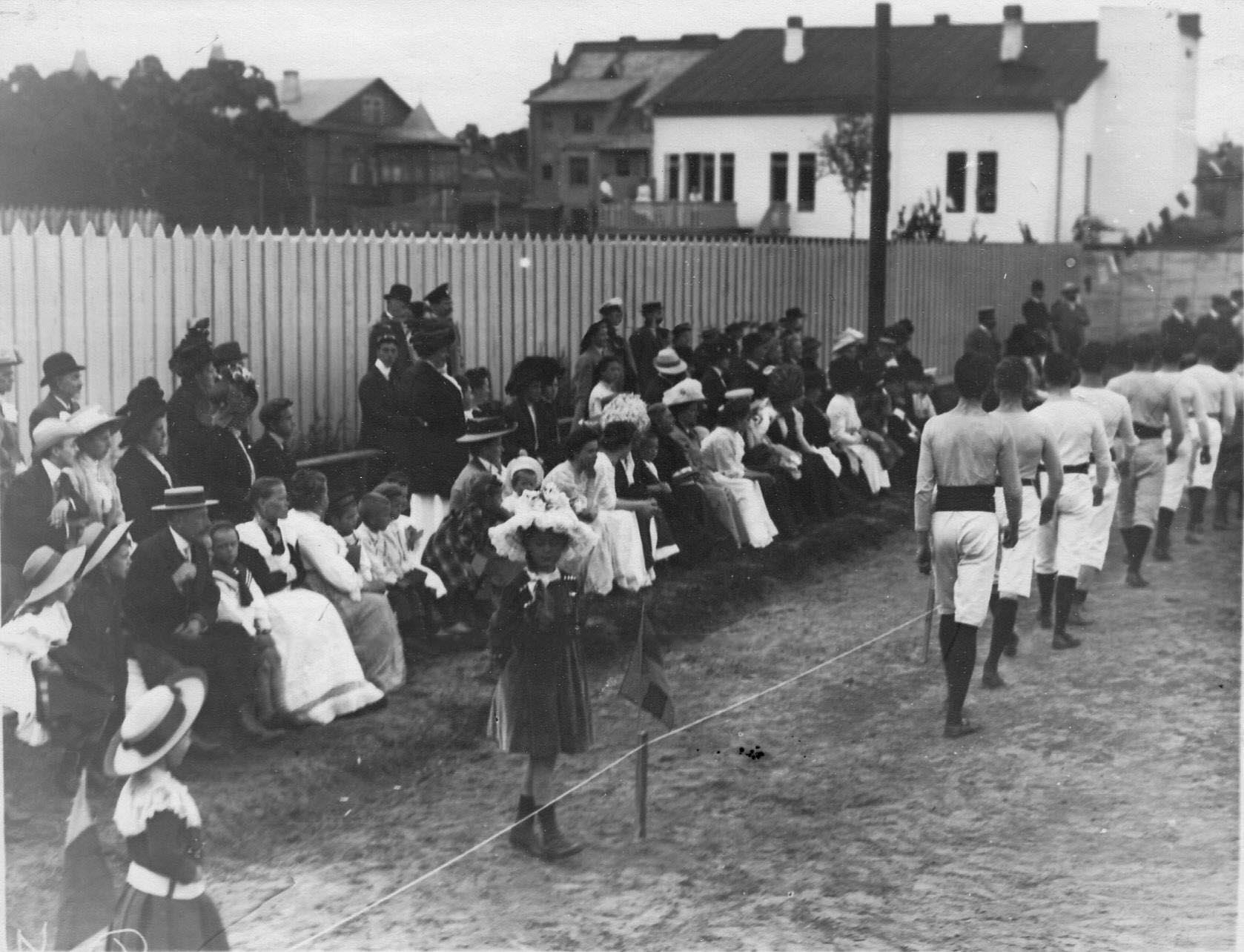 Группа членов гимнастического общества «Пальма» перед началом спортивных соревнований
