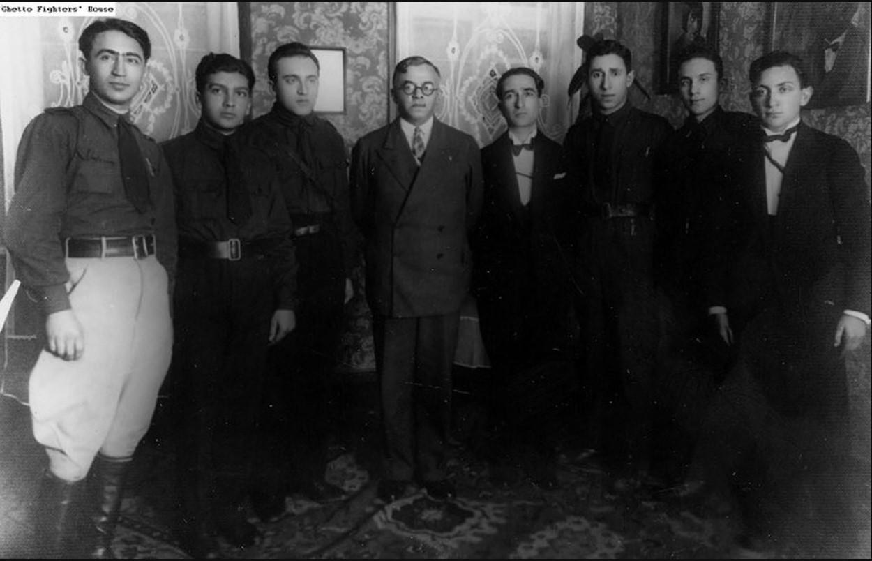 1927. Молодежная организация «Бейтар» с Владимиром Жаботинским (в центре)