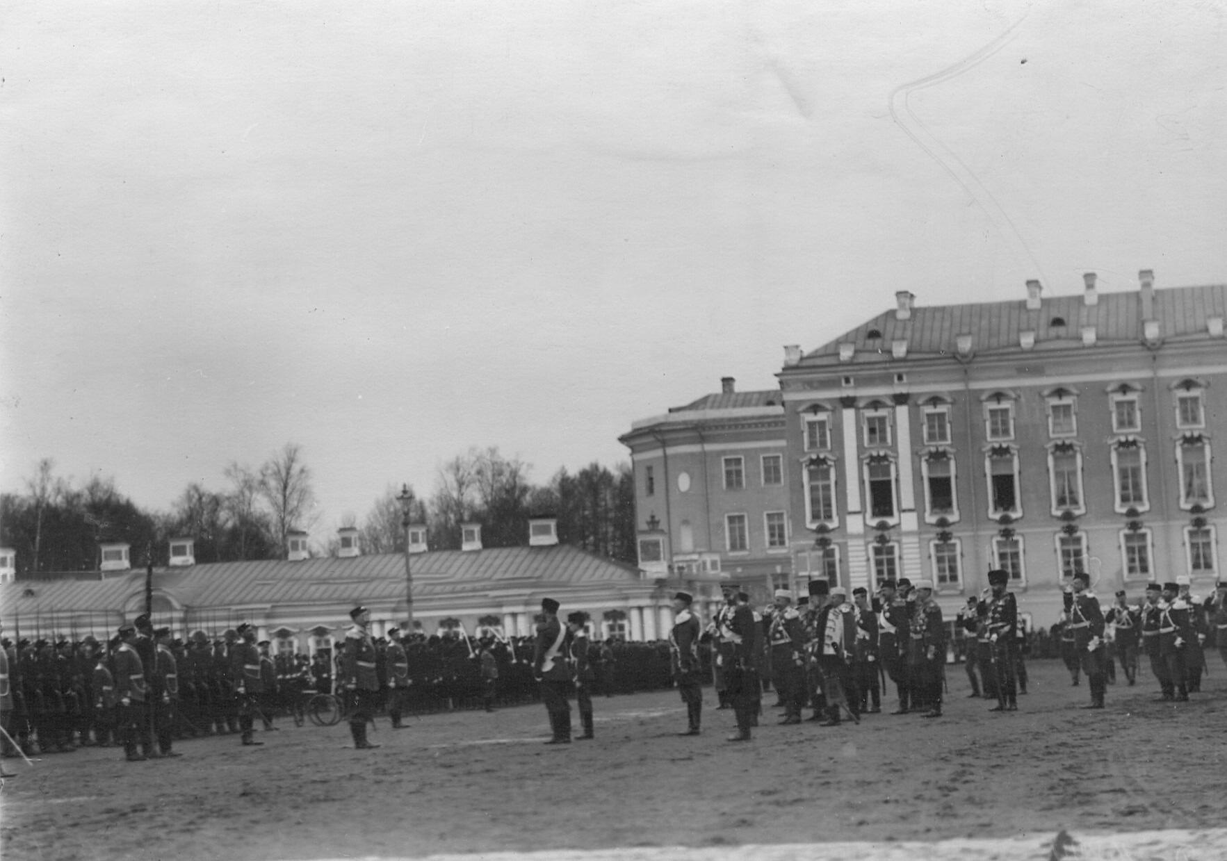 Император Николай II, великий князь Дмитрий Павлович (шеф батальона) здороваются со 2-ым Царскосельским стрелковым батальоном .