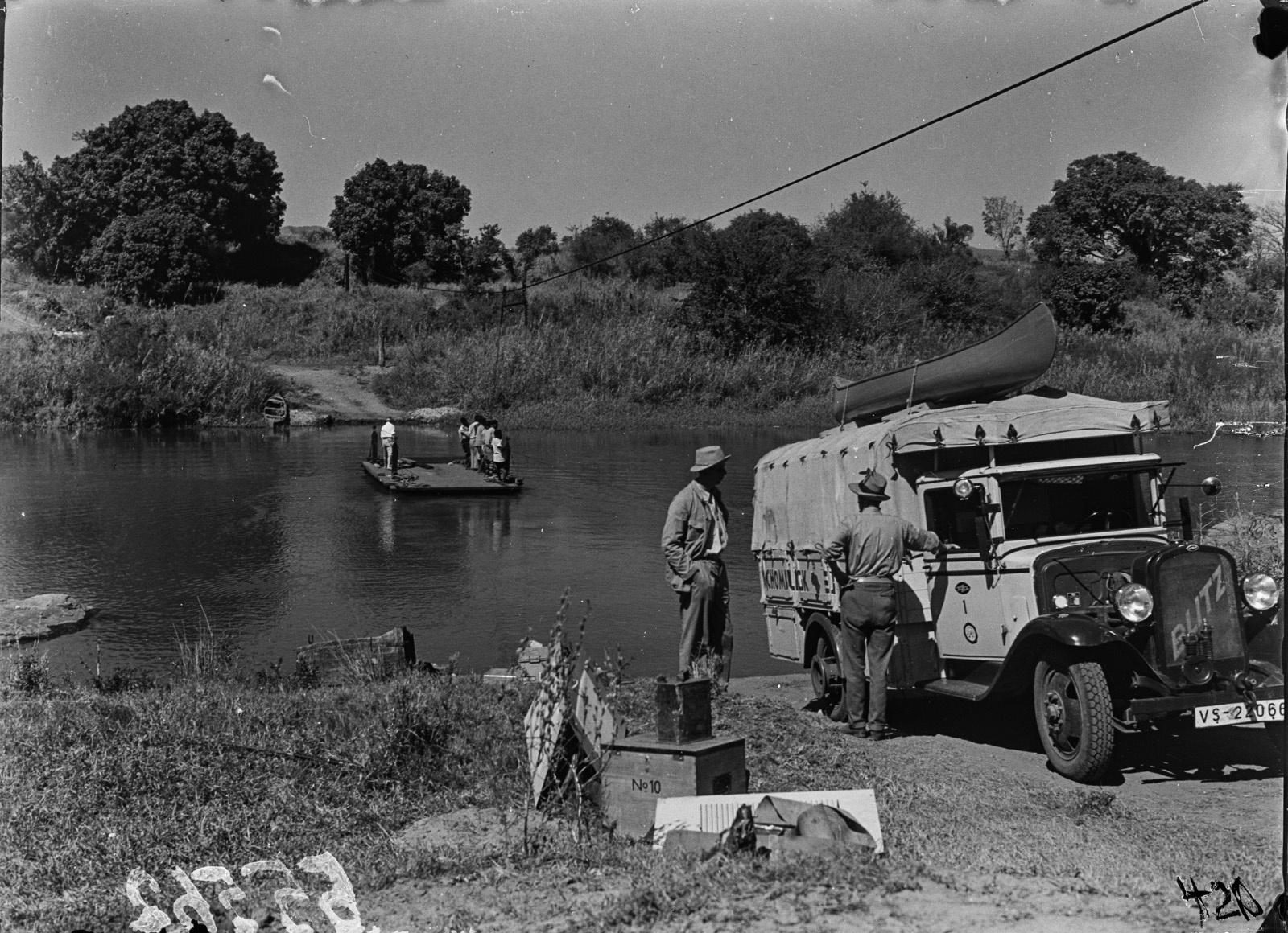 Малалане. Реакционный паром, используемый для перевозки через реку. Грузовик экспедиции уже на другом берегу
