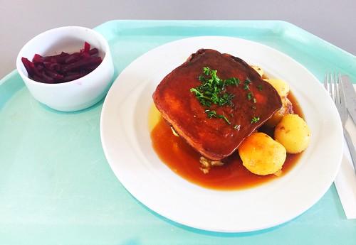 Fried bavarian meat loaf with gravy, roast potatoes & beetroot salad / Abgebräunter Leberkäse mit Bratensauce, Röstkartoffeln & Rote Beete Salat