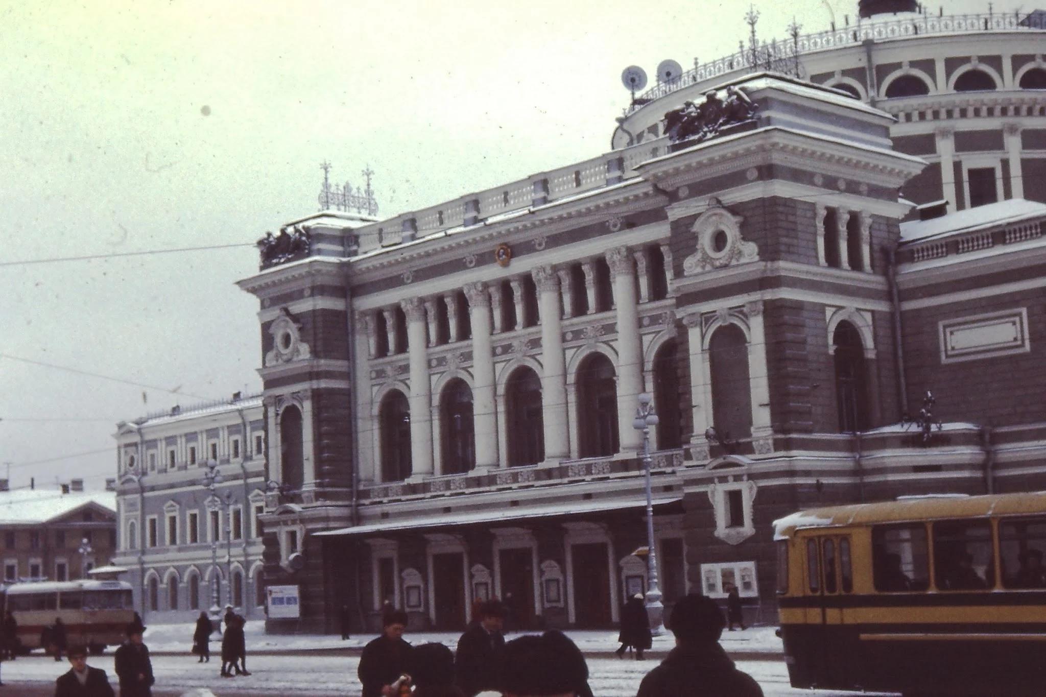 Кировский театр. Он был восстановлен. Мы с Гарри Леноблем едем сегодня на оперу Доницетти «Лючия ди Ламмермур»