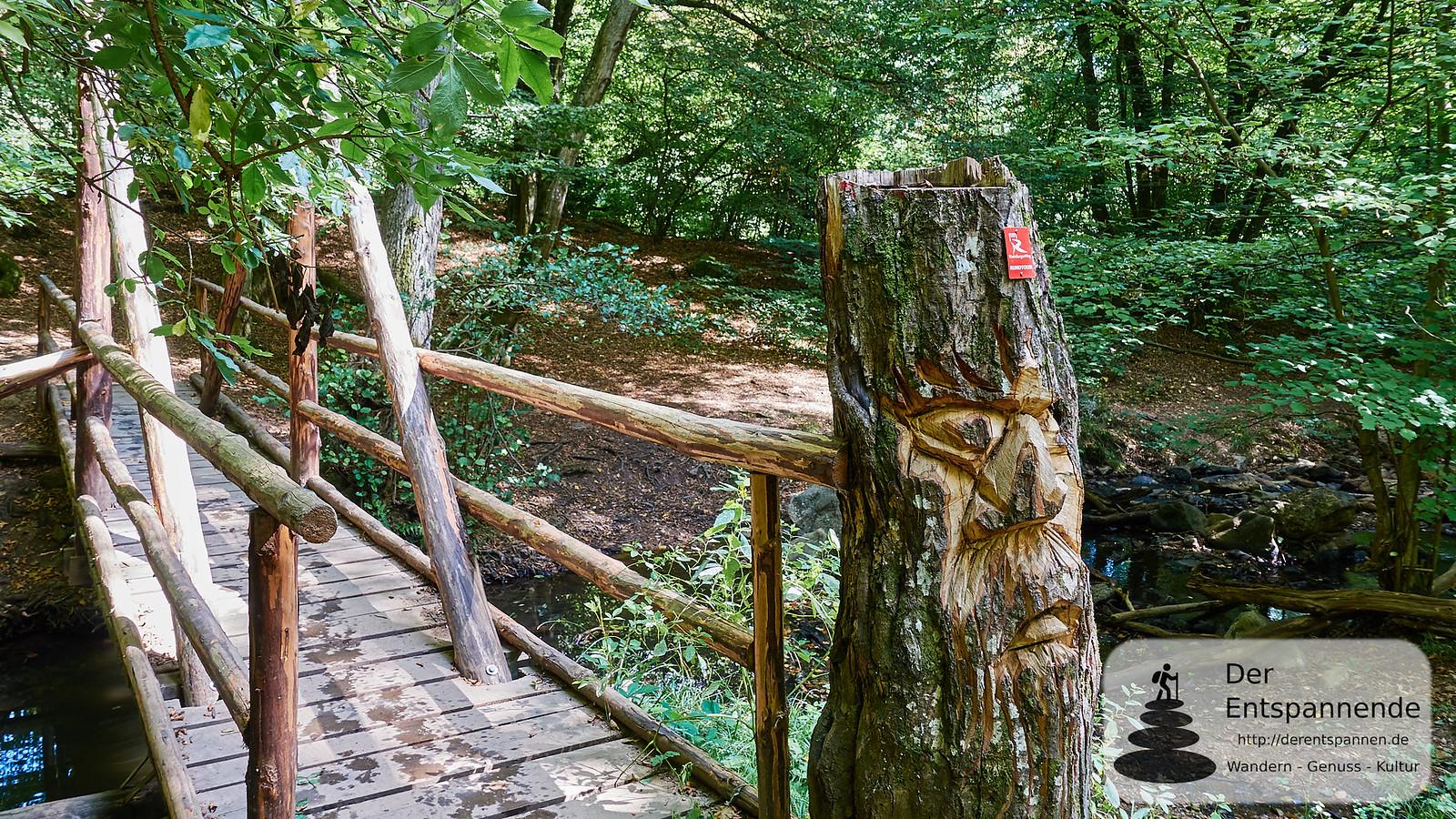 Am Ausgang der Steckeschlääferklamm: Brücke über den Morgenbach, mit Baumgeist