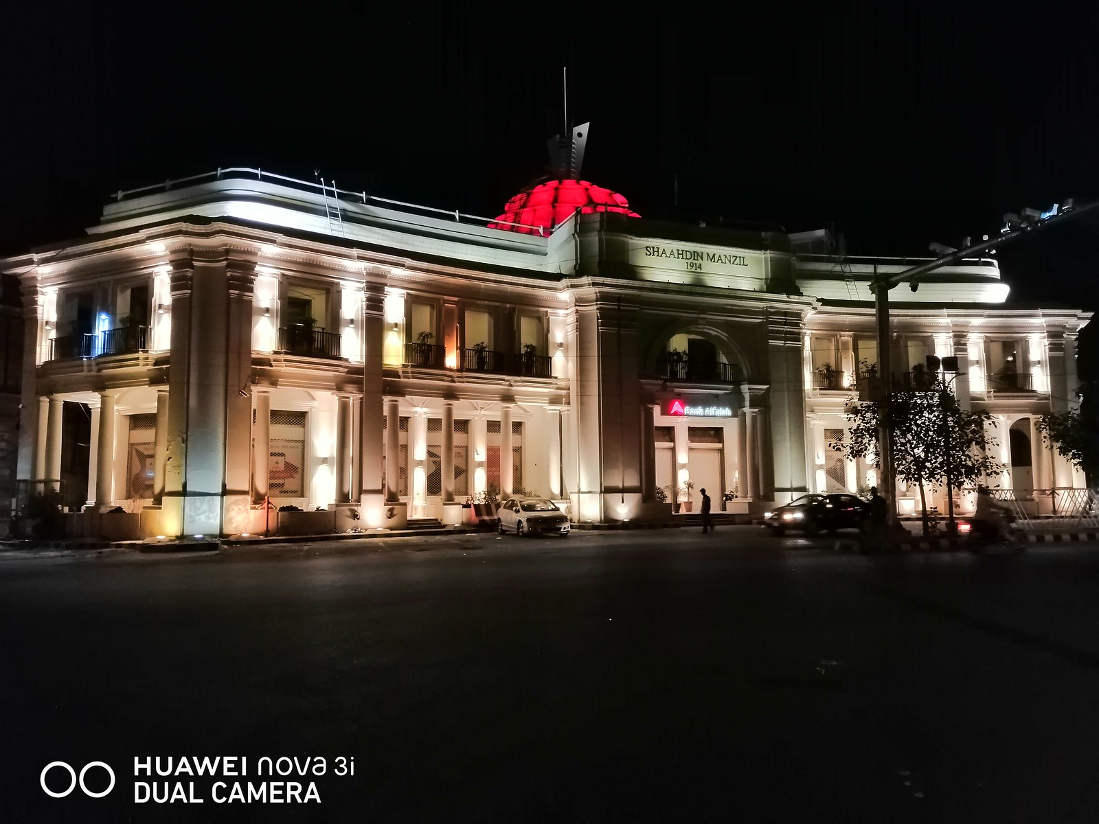 Image of Building With AI Mode at Night With Huawei Nova 3i