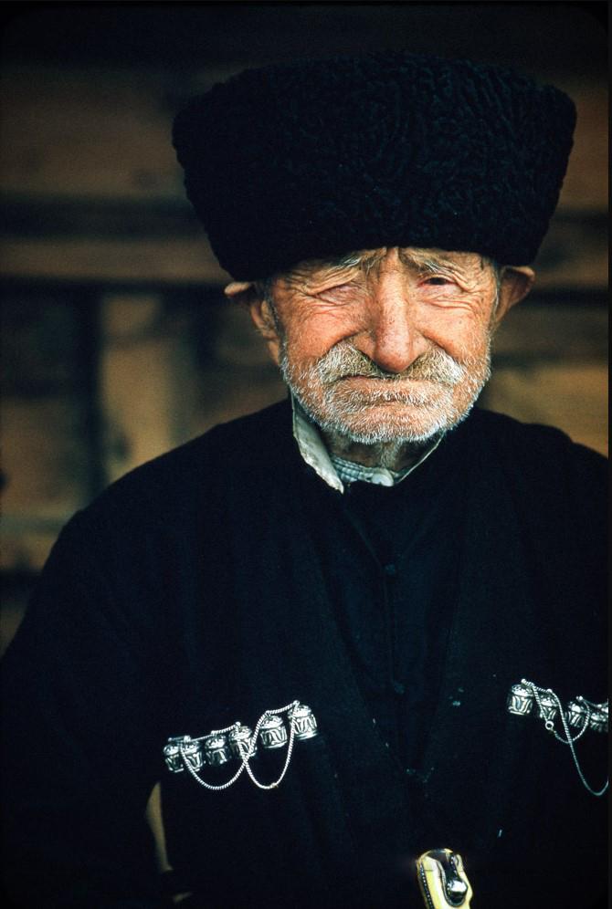 Пожилой мужчина в национальной одежде чоха