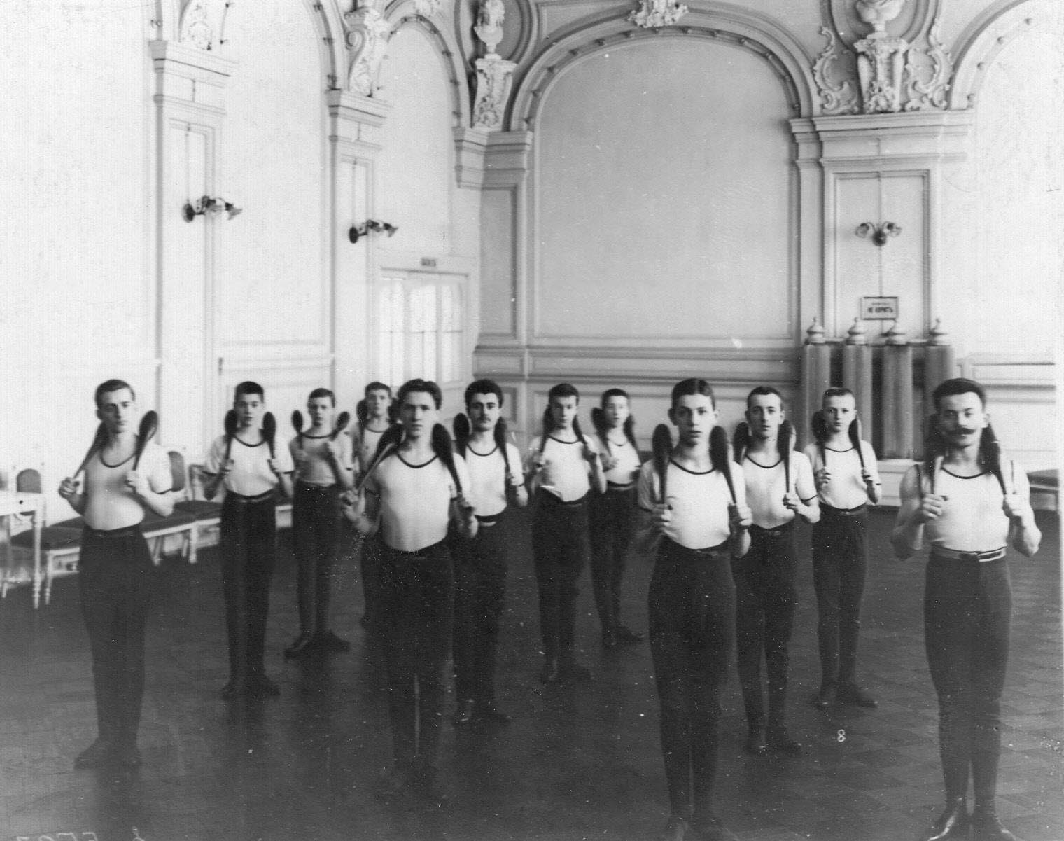 Группа юношей на занятиях. 1907