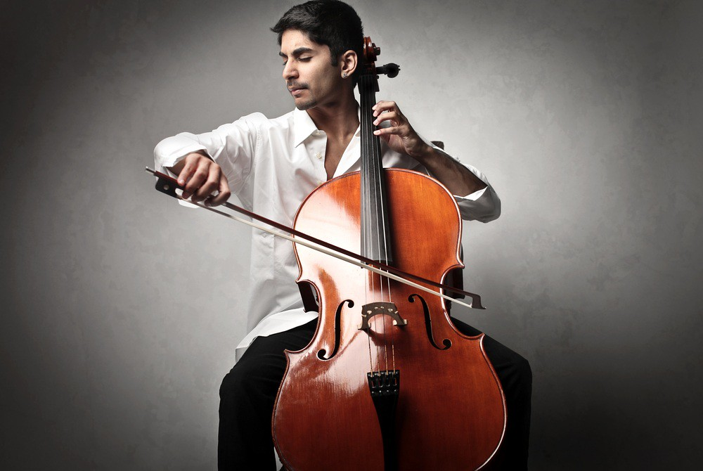 photo of cellist practicing