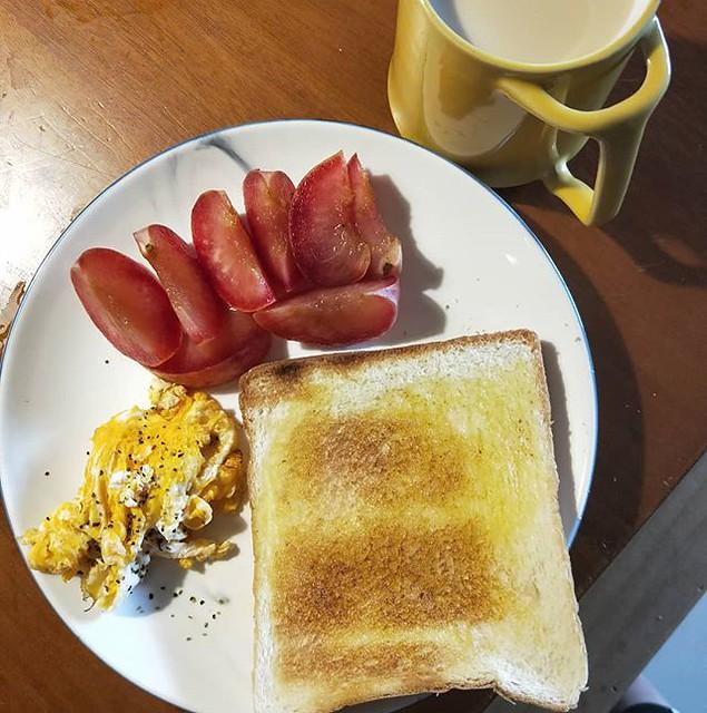 20180911 給自己一份早餐 那不是番茄唷 是娘家媽媽給我的xx李 豪好吃 #主婦的早餐