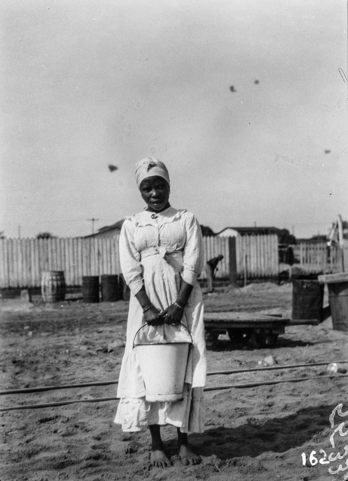 Юго-Западная А́фрика. Свакопмунд. Портрет женщины с ведром