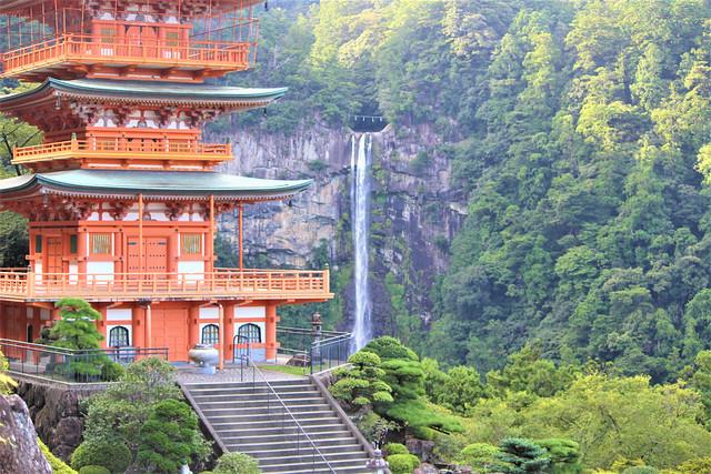 日本三名瀑の「那智の滝」を見渡せる青岸渡寺の御詠歌。