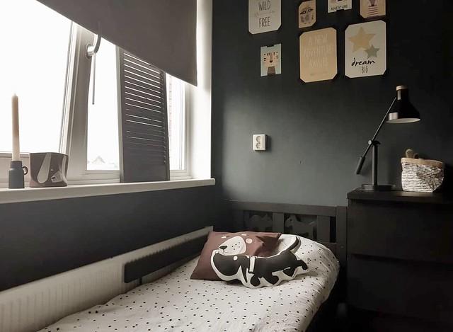 Jongenskamer zwart stoer luik bed met hondjes