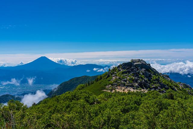 越えてきた砂払岳と富士山