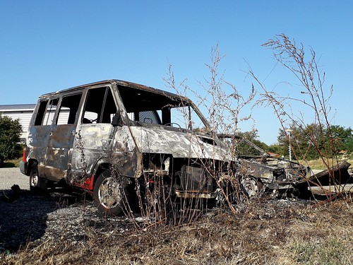 Un Renault trafic brûler avec une Clio à côté