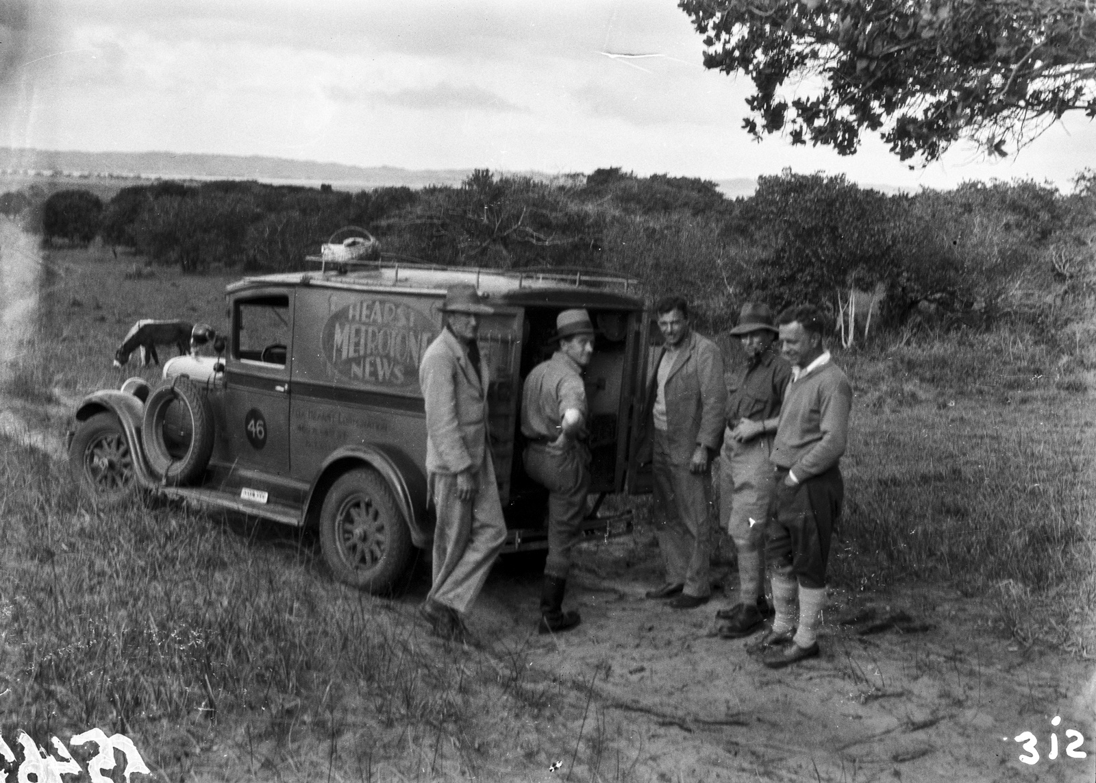 Южно-Африканский Союз. Квазулу-Наталь. Ханс Шомбургк и Пол Либеренц с журналистами перед грузовиком Hearst Metrotone News