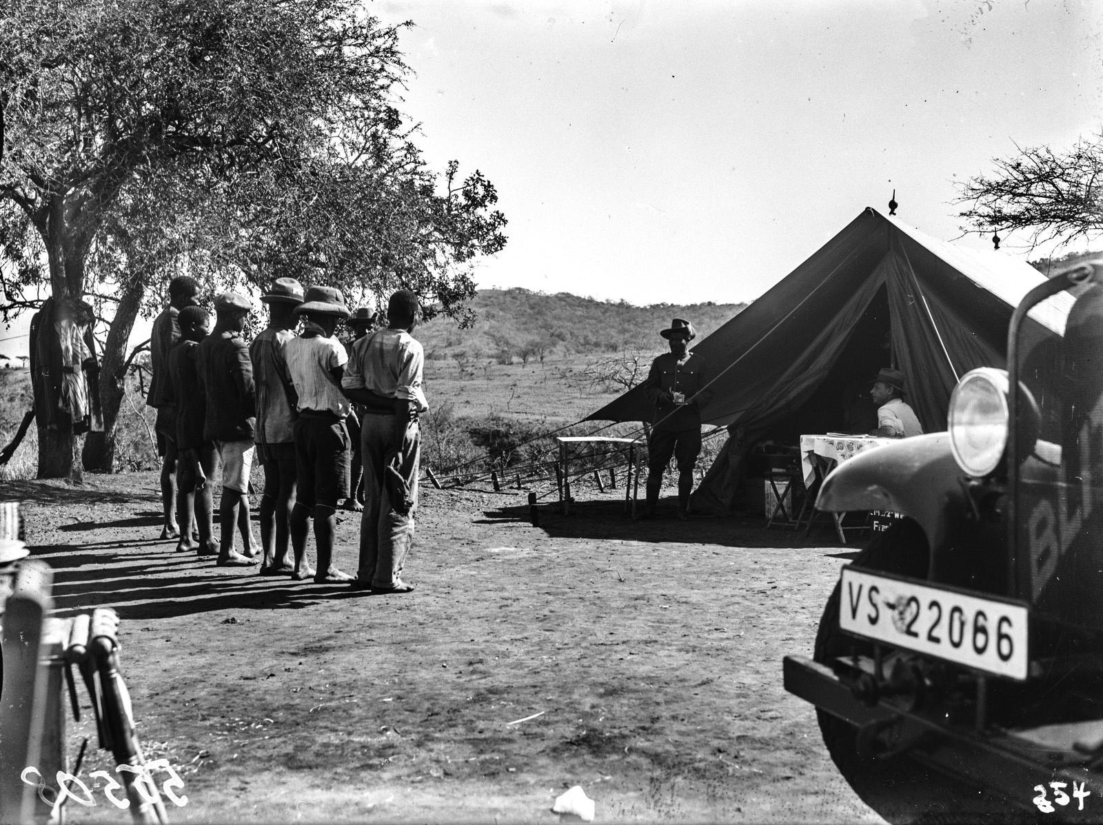 Южно-Африканский Союз. В окрестностях Претории. Участники экспедиции Ханс Шомбургк и солдат перед палаткой