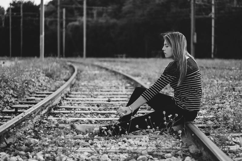 La jeune fille sur les rails! 42661879890_a97894980e_c