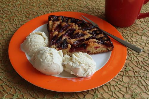 Pflaumenkuchen-Reste mit Vanilleeis