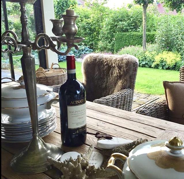 Tuintafel dekken soepterrine borden wijn
