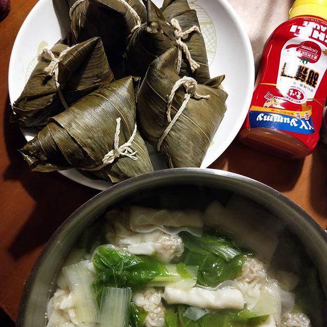 20180827 ✓好友從高雄帶回來的粽子 (爆好吃的,我以後都要買這家) ✓餛飩青菜湯 #葛蘿的餐桌 #沒有朋友怎麼辦