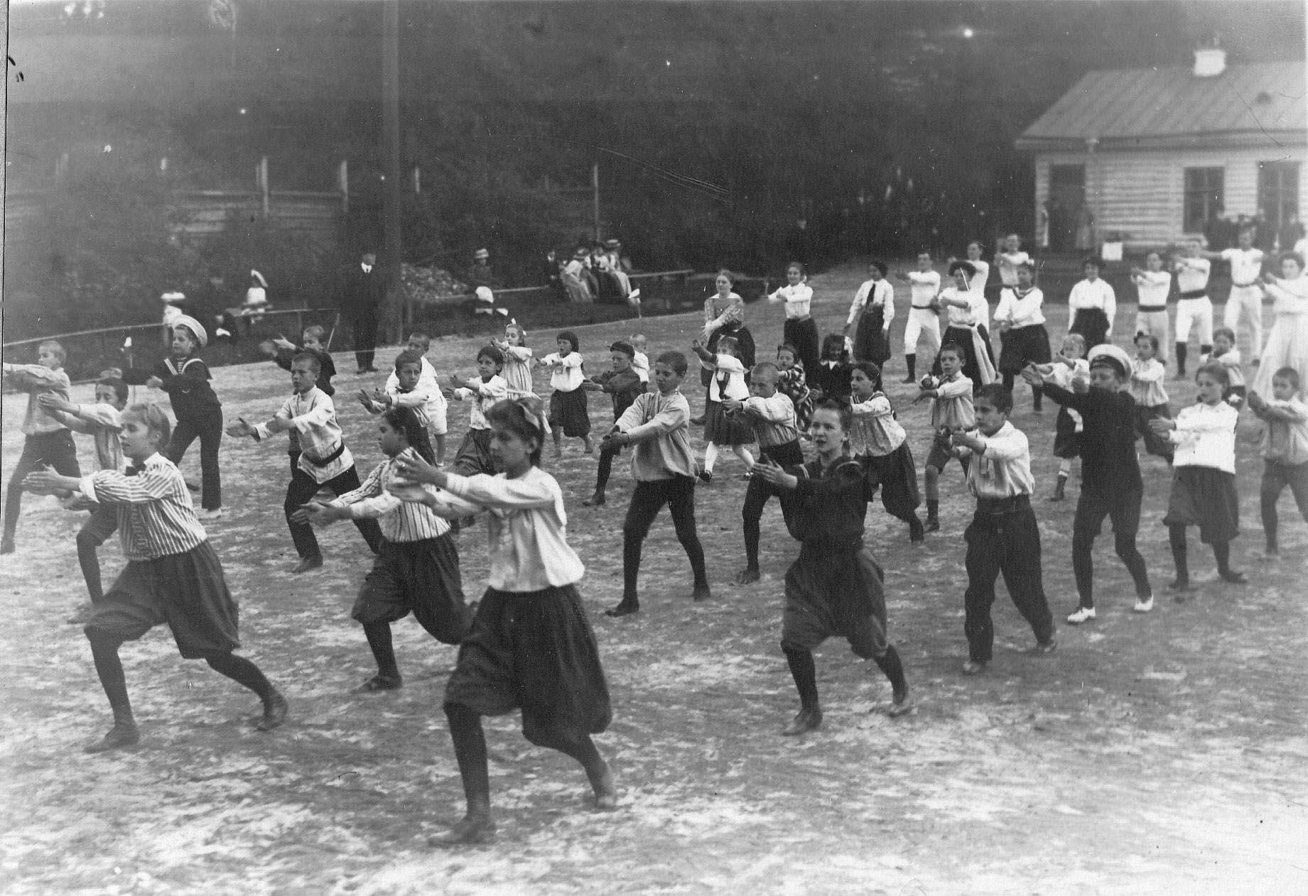 Группа детей и взрослых членов общества на занятиях гимнастикой
