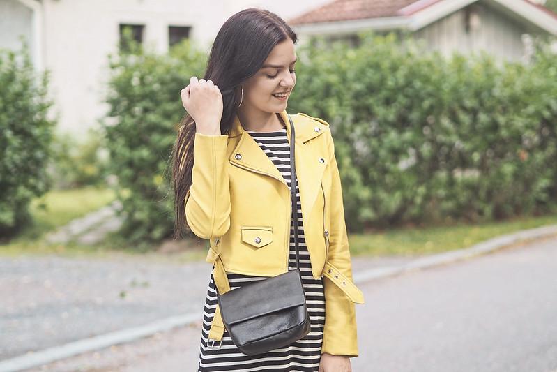 keltainen takki ja mekko