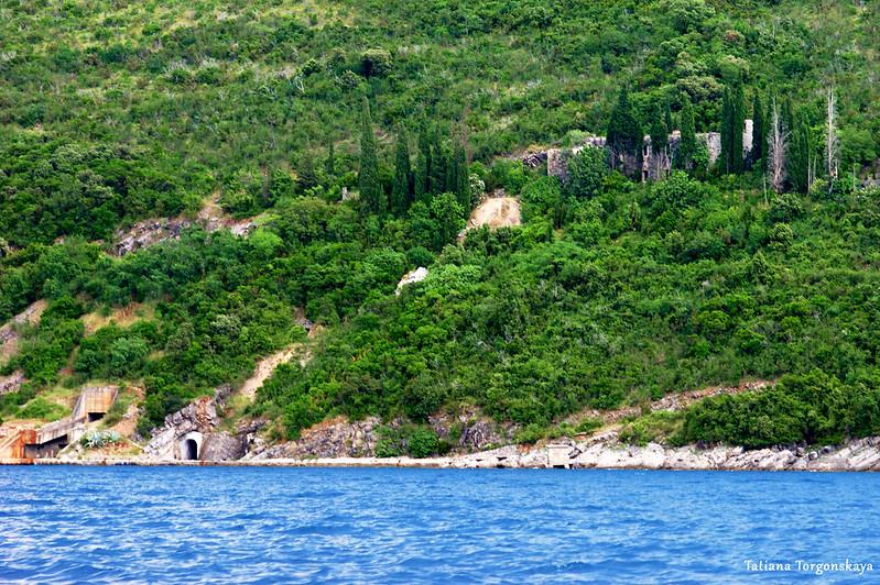 Вид с воды на док и крепость