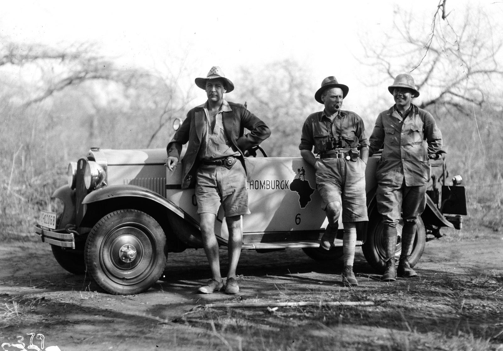 Квазулу-Наталь. Умфолози. Пол Либеренц, Ханс Шомбургк и еще один участник экспедиции перед экспедиционным автомобилем