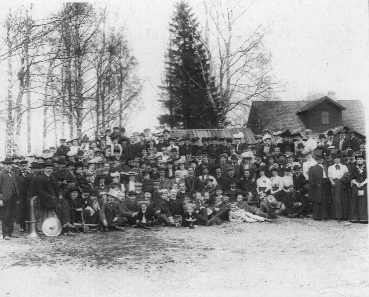 Группа членов общества на загородной экскурсии. 1907