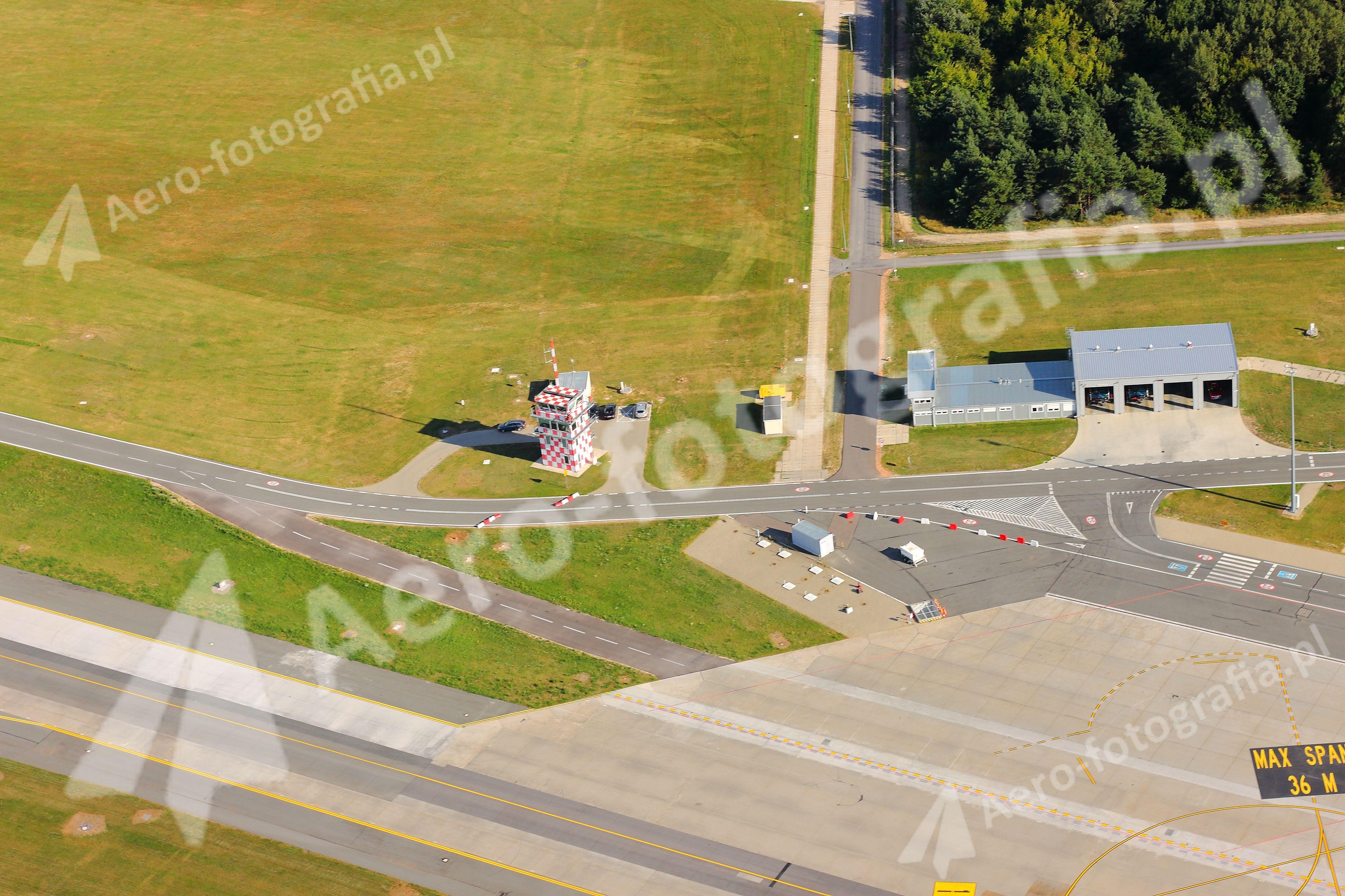 Wieża kontroli lotów lotniska w Modlinie.
