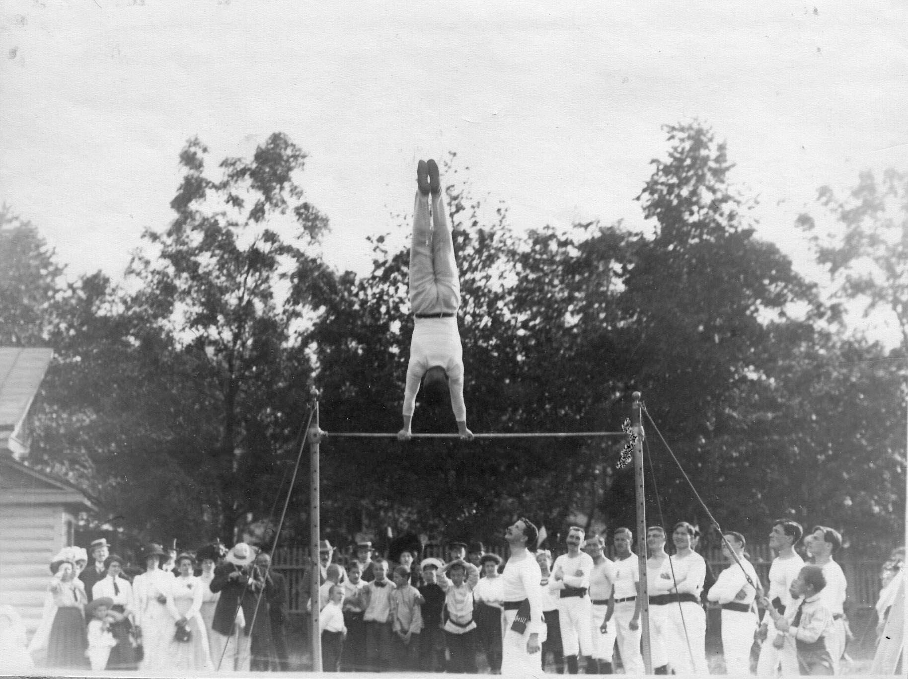 Гимнастические упражнения членов общества «Пальма» на турнике