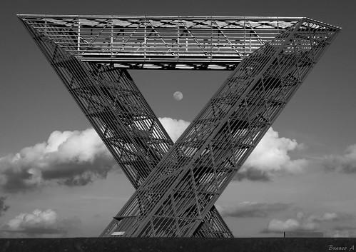 Triangular moon frame