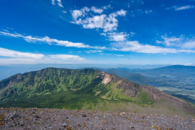 前掛山へのリムから外輪山と遥か北アルプス