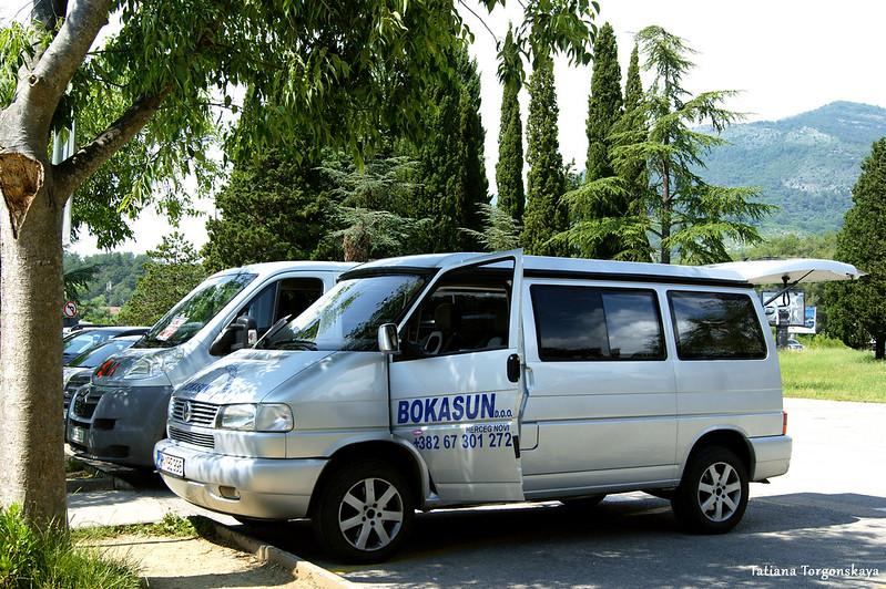 Трансферные микроавтобусы у тиватского аэропорта