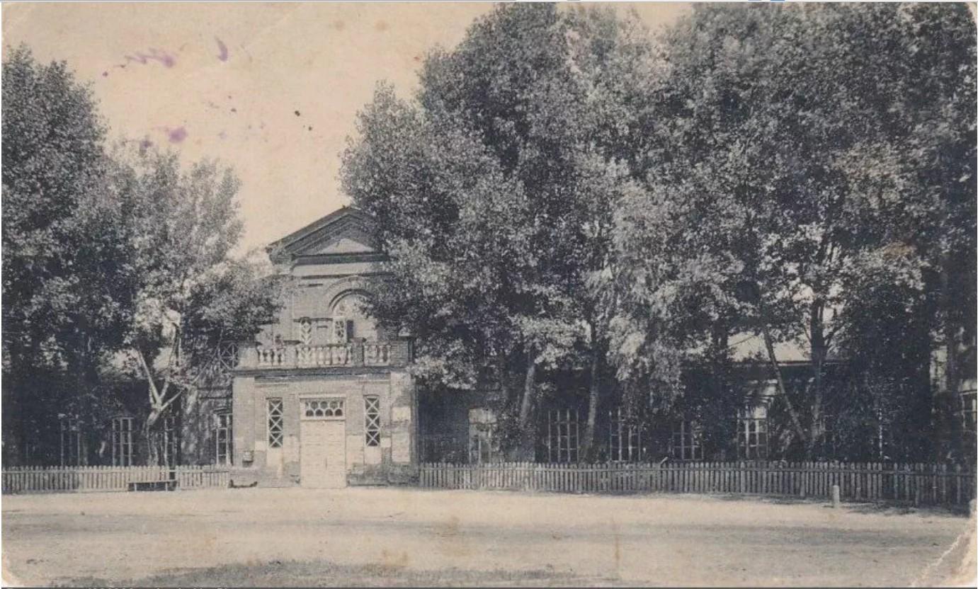 Каменная школа и зимний театр