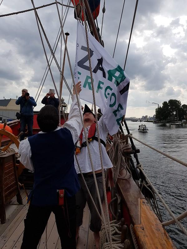 de vlag van Zaans Erfgoed wordt gehesen