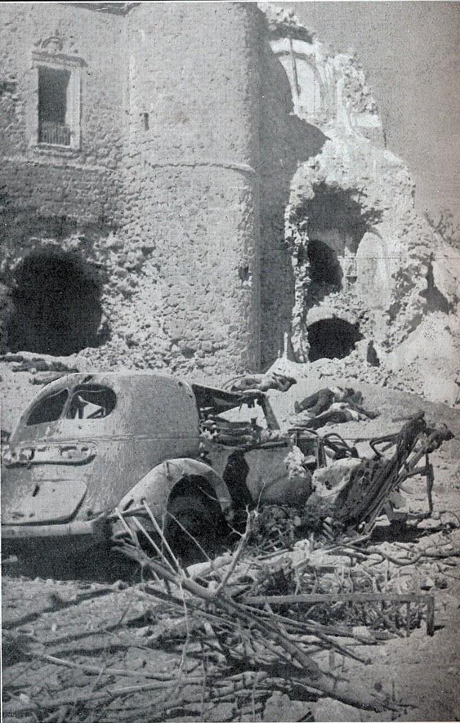 Cadáveres de milicianos republicanos junto al Alcázar  a finales de septiembre de 1936. Fotografía de Léon de Poncins publicada en L´Illustration el 17 de octubre de 1936