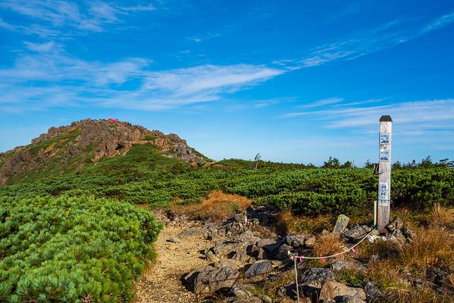 稜線着、、、赤い避難小屋の所が山頂