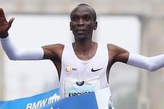 Keňský král maratonů Eliud Kipchoge v Berlíně rozcupoval světový rekord