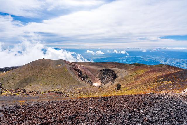 妙高岳と火口、、歩いてきた火口縁