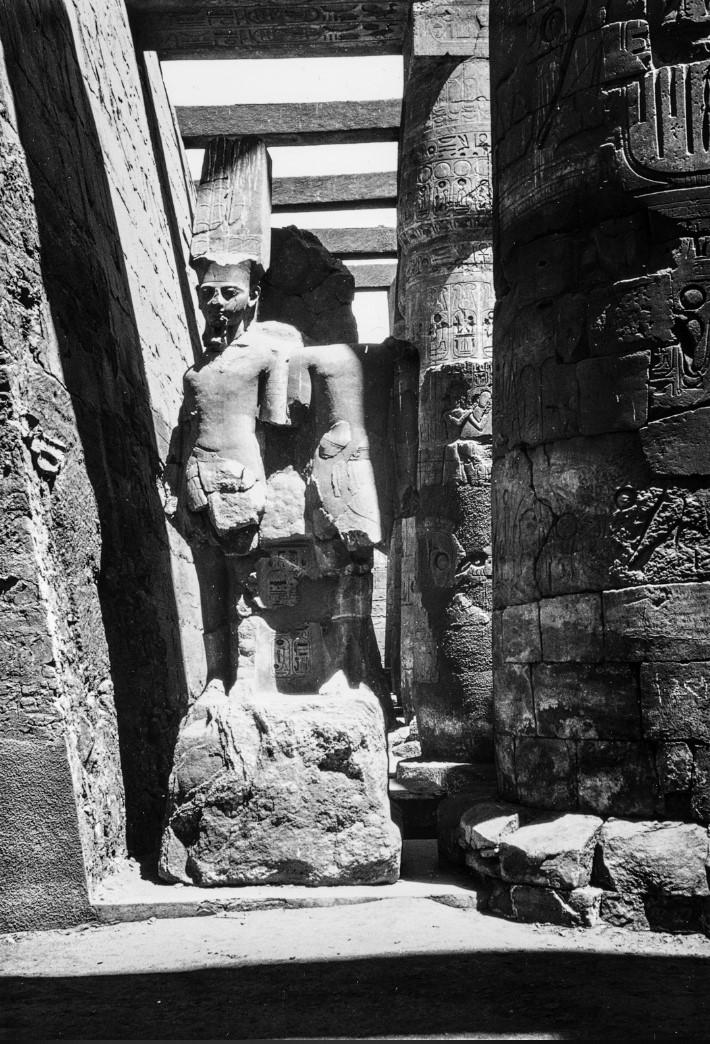 Карнак. Статуя между колоннами храмового комплекса