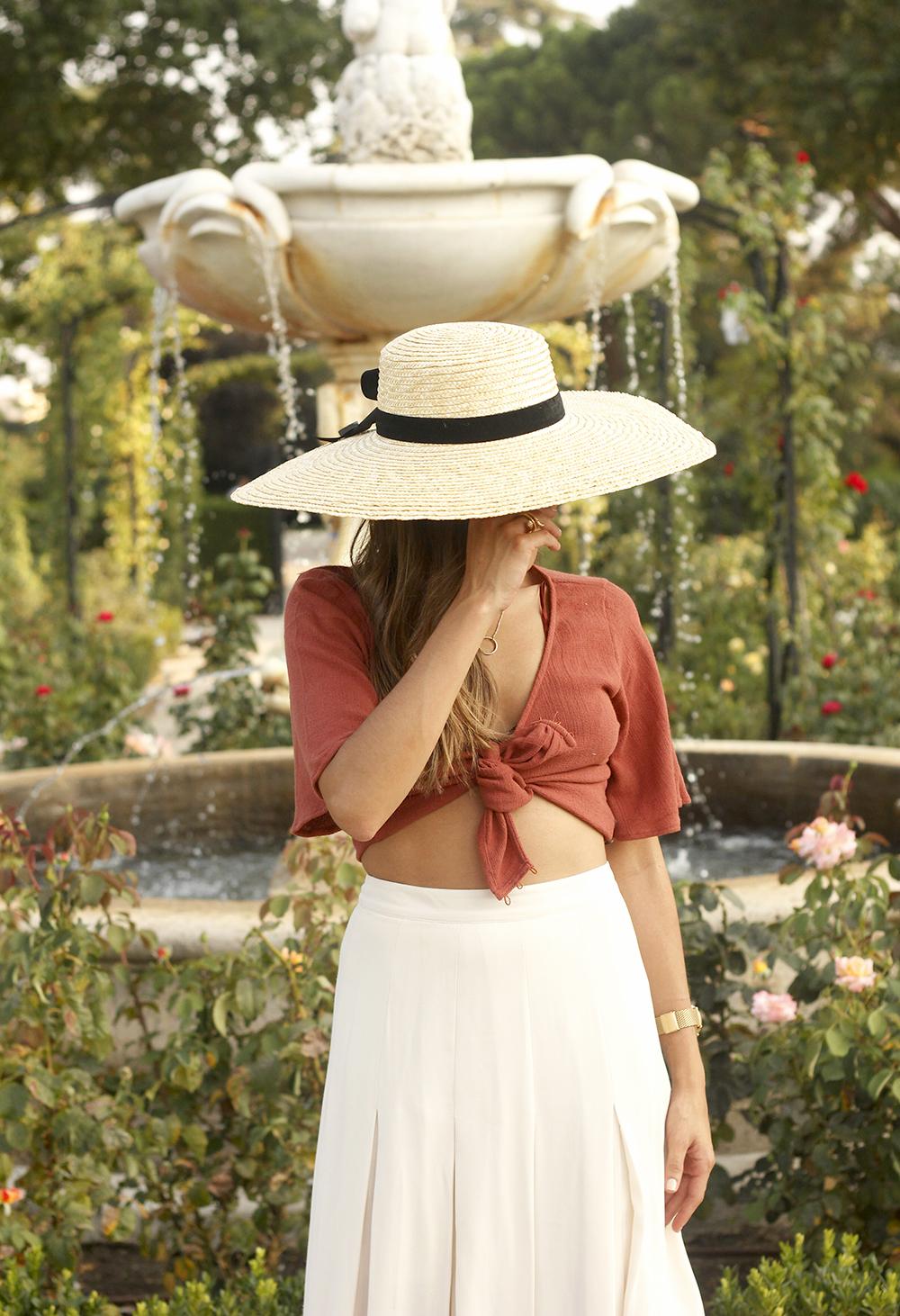 terracotta top white midi skirt straw hat flat sandals street style 201812