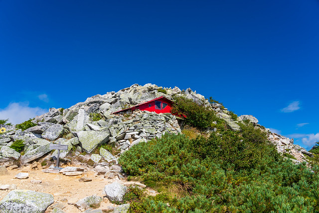 前常念岳直下の避難小屋