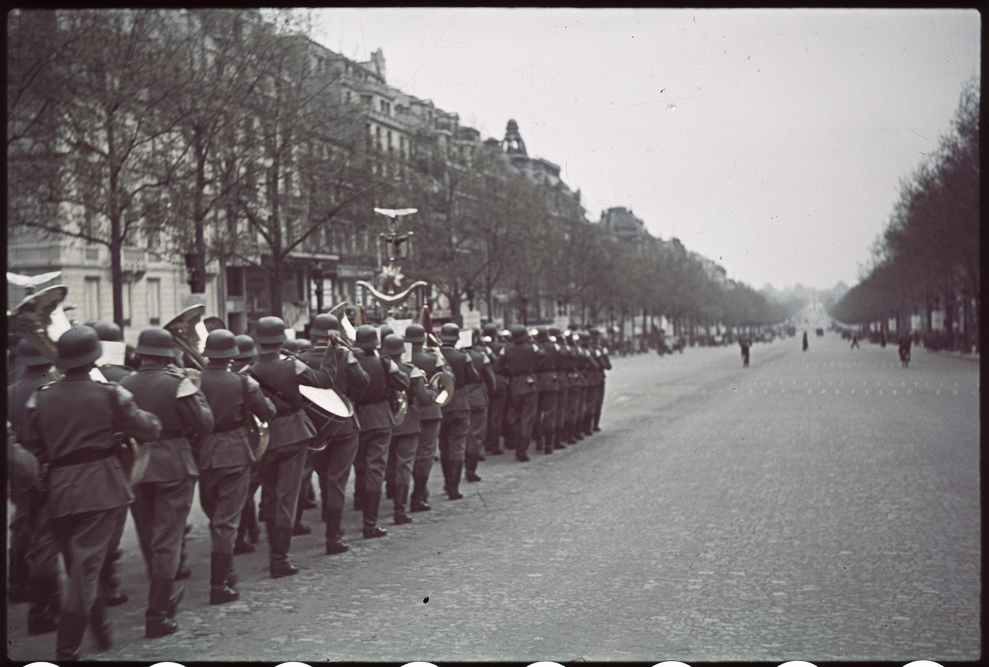 Ежедневный проход по городу немецкой гвардии. В 12.30 выход с проспекта Ваграм, проход через Триумфальную арку, затем спуск по Елисейским полям до площади Согласия